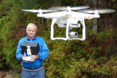 Dietmar Ender mit seinem Equipment. Der Borstendorfer ist Kameramann, Regisseur, Drehbuchschreiber und Drohnenpilot in einem.