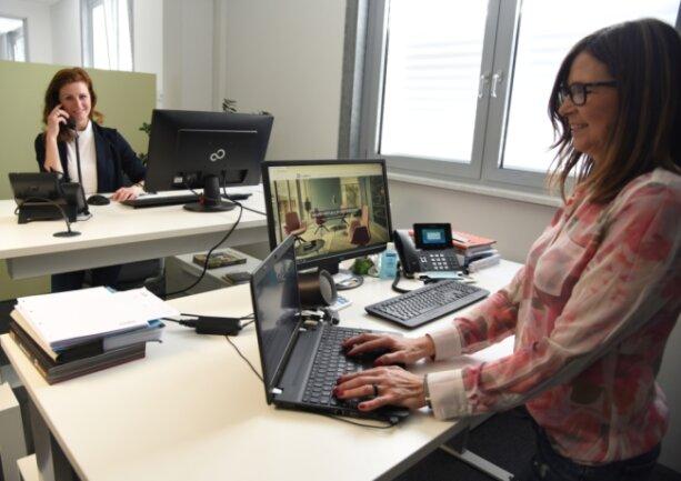 Beobachten gerade Trends, die zum Teil auch gegenläufig sind: Katrin Hager (links) und Jeanette Walther vom Oelsnitzer Büroausstatter Büro Walther.