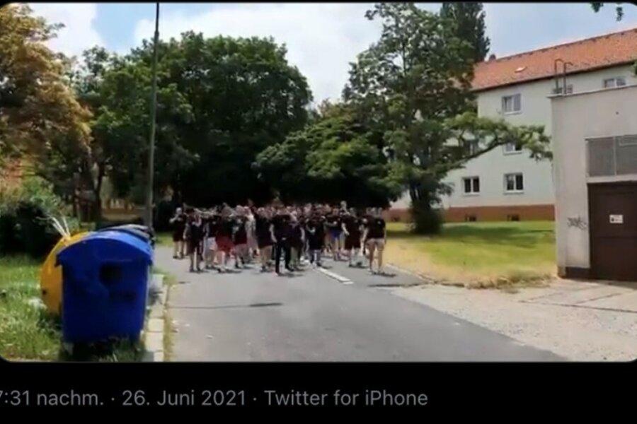"""Ausschnitt aus einem Video, das den Chemnitzer FC einmal mehr in die Schlagzeilen bringt: """"Sieg heil!"""" skandierende Fans ziehen am Samstag durch ein Wohngebiet in der tschechischen Stadt Most."""