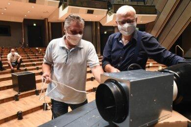 Die Firmenvertreter Gunter Heinrich (links) und Roland Krüger installierten im August 2020 mehrere Generatoren im Opernhaus, die die Luft ionisieren und damit die Verbreitung von Keimen eindämmen sollen. Die Geräte sind bis heute im Einsatz.