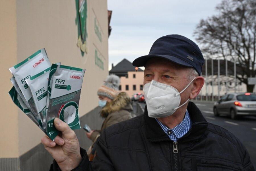 Helmer Platztasch hat sich FFP2-Masken für sich und seine Frau gesichert. Einwohner über 70 Jahre bekommen drei von der Stadt kostenlos.