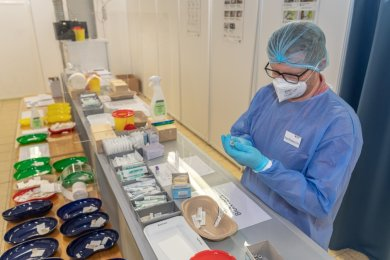 Hinter den Kulissen des Impfzentrums Vogtland: Apotheker Alexander Foss bereitet in einem für Patienten nicht zugänglichen Bereich zwischen den Impfstrecken den Impfstoff vor.Fotos: David Rötzschke (4)