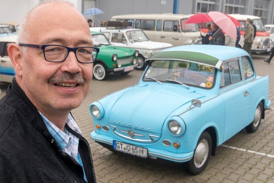 Kein Weg zu weit: Andreas Präger reiste wegen des Oldtimertreffens in Großrückerswalde mit seinem himmelblauen Trabant P 600 des Baujahrs 1964 aus Verl in Nordrhein-Westfalen an.