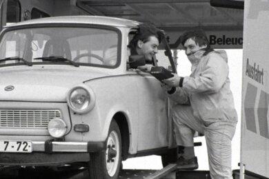 Am 5. März 1992 testen Ingo Schildan (links) und Olaf Arich im Prüfzug am Sachsenring diesen Trabi auf Funktion der Stoßdämpfer und Bremsen.