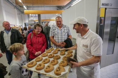 Bäcker Thomas Müller zeigten den Besuchern 2018 die Backstube. 2020 fällt das Backstubenfest aus.