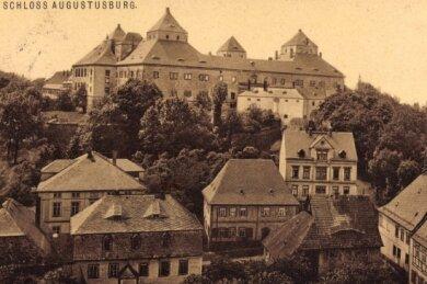 Das monumentale Jagd- und Lustschloss gilt als Glanzstück der Renaissancezeit, hier in historischen Ansichten eines Stahlstichs (um 1850/li.) und einer Aufnahme aus der Zeit vom Anfang des 20. Jahrhunderts.