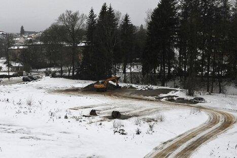 Auf dem freien Platz neben dem Albert-Bad (links) sollen an der Weißen Elster die neue Therme und das Viersterne-Hotel entstehen.