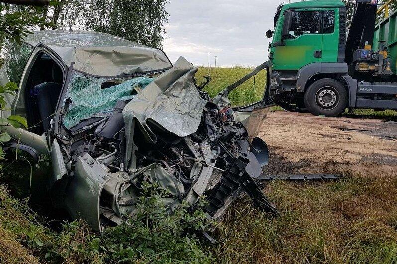 Die Renault-Fahrerin, die am Dienstagabend mit einem Lkw im Zwickauer Ortsteil Hartmannsdorf zusammengestoßen war, ist im Krankenhaus ihren Verletzungen erlegen.