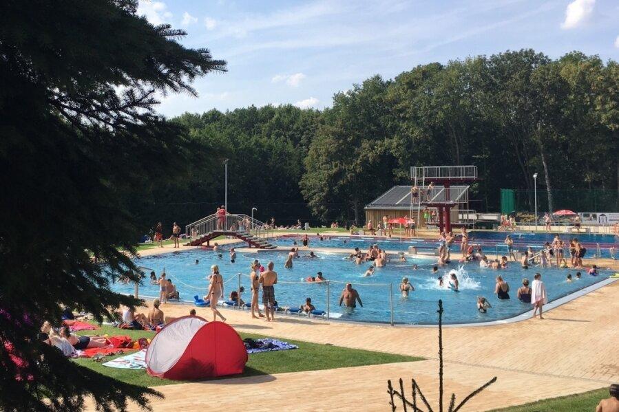 An den schönen Sommertagen dieses Jahres hat das Sommerbad Rußdorf bisher insgesamt um die 16.000 Besucher angezogen. In der kompletten Saison 2020 waren es rund 26.000 Badegäste gewesen.