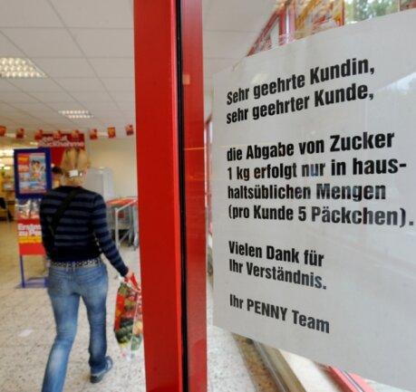 Höchstens fünf Päckchen pro Kunde: Im Penny-Markt in Bernsdorf wird schon am Eingang auf die Zucker-Rationierung hingewiesen.