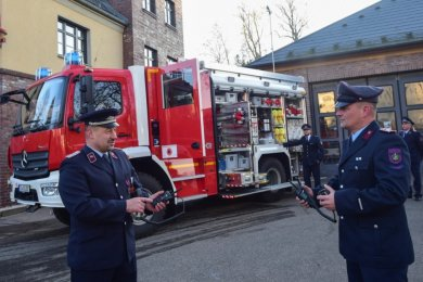 Ein neues Fahrzeug des Katastrophenschutzes ist in Pleißa stationiert. Marcel Philipp, stellvertretender Wehrleiter Pleißa (vorn links), und Feuerwehrmitglied Sören Rätzer (vorn rechts) beim Test der Funktechnik.