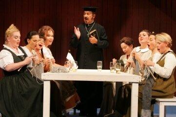 """Gunter Wagner als Dorfpfarrer mit den Damen des Opernchores 2005 im """"Vogelhändler"""", inszeniert von Klaus Kühl."""