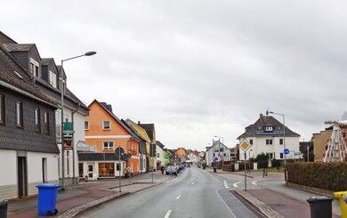 """Das Gasthaus """"Feengrotten"""" (vorderes Gebäude links)."""
