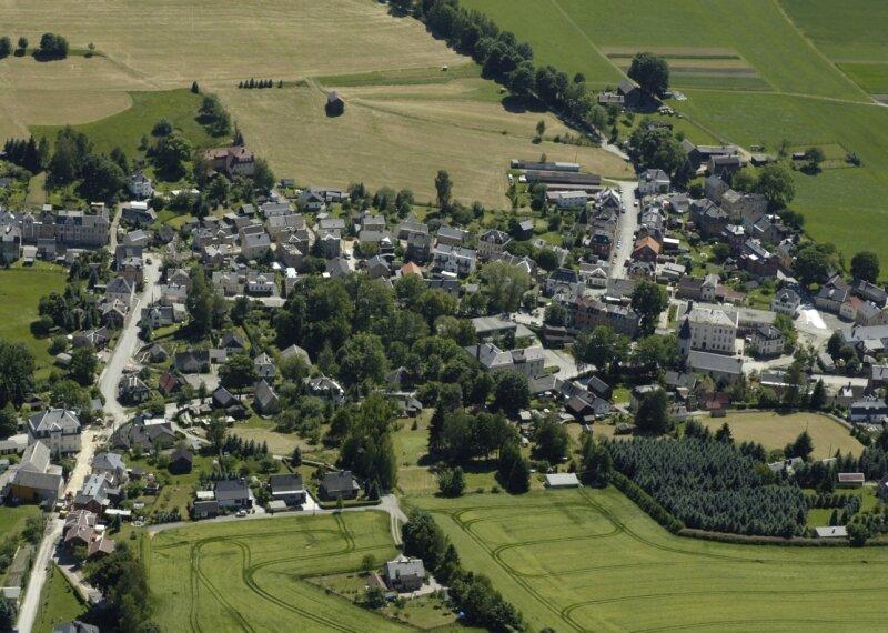 Ein Blick auf den Ortskern der Gemeinde Erlbach, die den Dorfwettbewerb im Bezirk gewann.