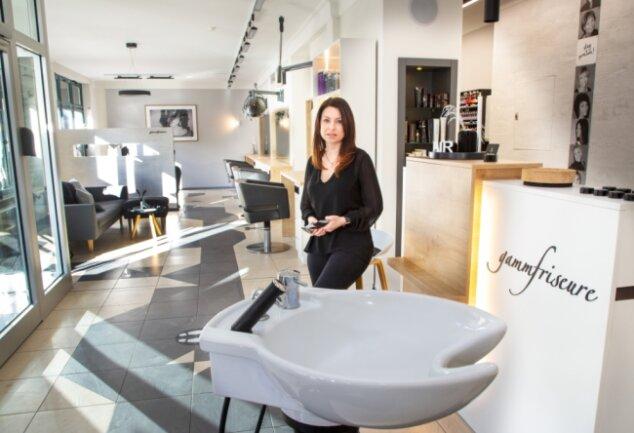 Friseurmeisterin Doreen Gamm in ihrem leeren Oederaner Salon: Auch wenn die Rücklagen schwinden und das Geld aus dem Tagesgeschäft fehlt, denkt sie nicht ans Aufgeben.