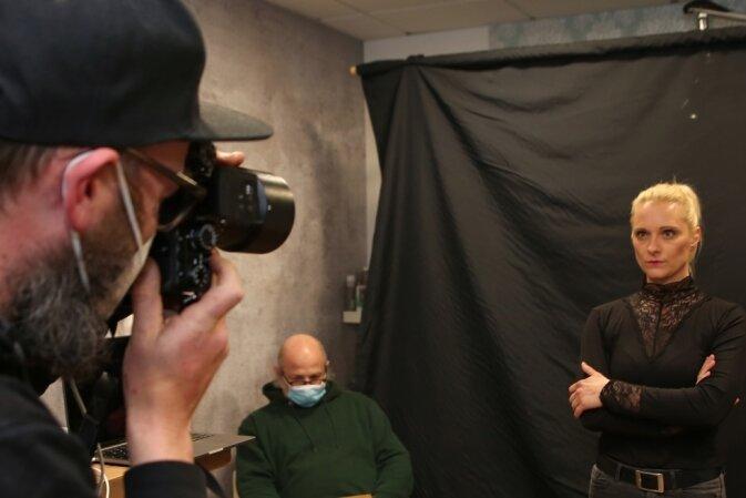 Felix Georgi (links) setzt fotografisch die Kulturgesichter des Erzgebirges - hier mit Sängerin Sandra Meyer - in Szene. Im Hintergrund koordiniert Bodo Martin, der Organisator der Aktion, den Ablauf.