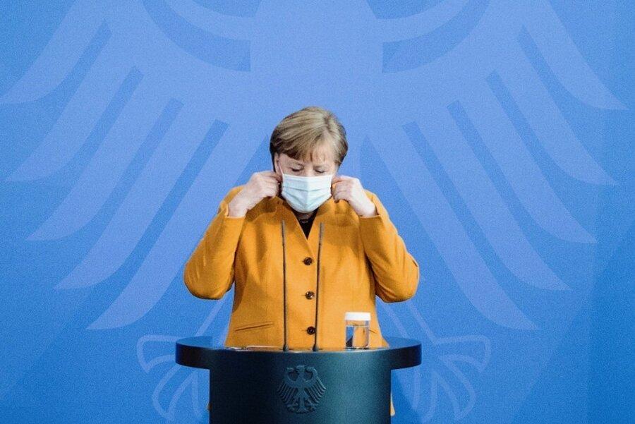 Kanzlerin Angela Merkel (CDU) gibt nach einer eilig einberufenen Videoschalte mit den Ministerpräsidenten eine Erklärung ab.