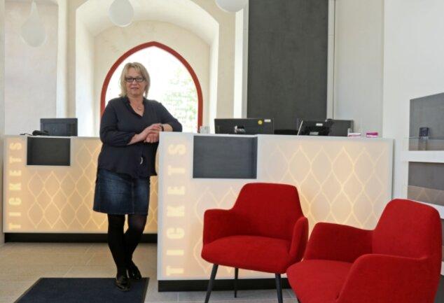 Claudia Kuntze, die Leiterin der Besucherabteilung, im neu gestalteten Kassenbereich des Gewandhauses.