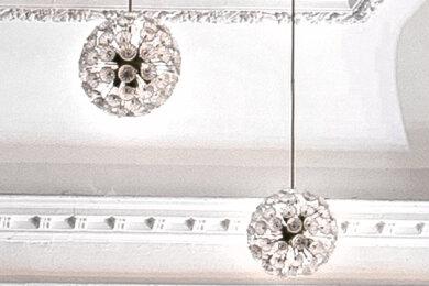 """Die auch """"Pusteblume"""" genannten Lampen haben einen Durchmesser von 50 Zentimeter."""