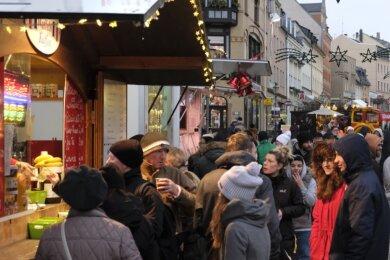 So ein Gedränge wie hier 2018 soll es in diesem Jahr beim Weihnachtsmarkt in Reichenbach nicht geben. Auf dem Marktplatz steht mehr Fläche zur Verfügung, die auch Abstand erlaubt.