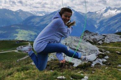 Training auch an ungewöhnlichen Orten: Finja Witaßek, Seilspringerin des SSV Brand-Erbisdorf, hat auch im Urlaub - hier 2019 in Österreich - ihr Sportgerät immer dabei.