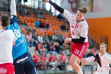 Der HC Einheit (im Foto Maximilian Krüger beim Wurf im Spiel gegen Jena) kämpft wie Glauchau/Meerane gegen den Abstieg. Forderungen nach einem Saisonabbruch unterstützen die Plauener dennoch nicht.