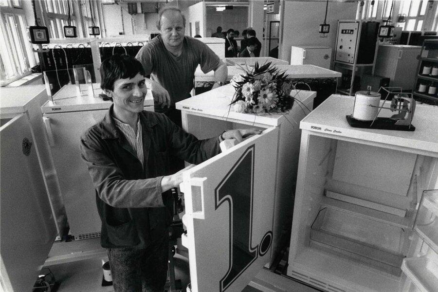 Thomas Hirschböck (vorn) und Klaus Dieter Lange präsentieren 1993 den ersten FCKW-freien Kühlschrank aus Niederschmiedeberg.