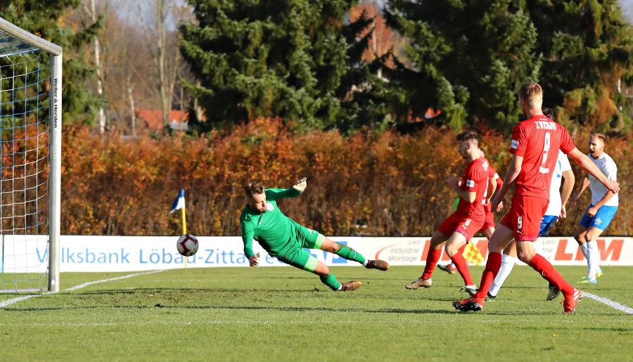 Tor für Zwickau zum 1:2. Leon Jensen trifft gegen Neugersdorfs Torwart Jiri Havranek.