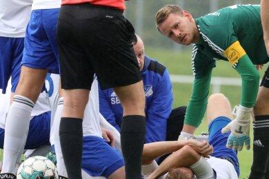 Ein banger Blick des neuen Glauchauer Kapitäns Dominik Reissig, der sich um seinen verletzten Mannschaftsgefährten Tobias Dreiucker sorgt.