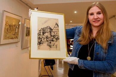 Sarah Kühnel, Museologin und wissenschaftliche Mitarbeiterin in der e.o.plauen-Galerie, hütet manchen Schatz aus dem Frühwerk von Erich Ohser. Hier eine Zeichnung des Malzhauses, die 1922 entstand.