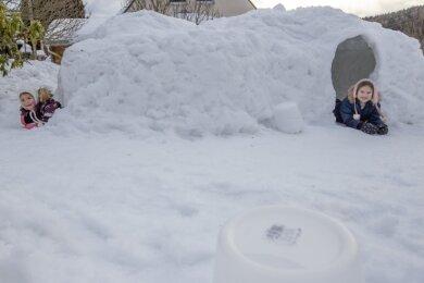 Laila (rechts) und Hannah in ihrer Schneehöhle. Es gibt mehrere Eingänge und sogar ein Sofa aus Schnee.