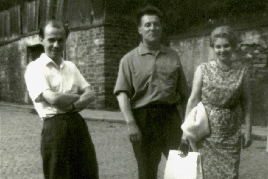 Fruchtbare Freundschaft: Carlfriedrich Claus (links) mit Pierre und Ilse Garnier im Sommer 1964 vor dem Wohnhaus des erzgebirgischen Künstlers in Annaberg-Buchholz.
