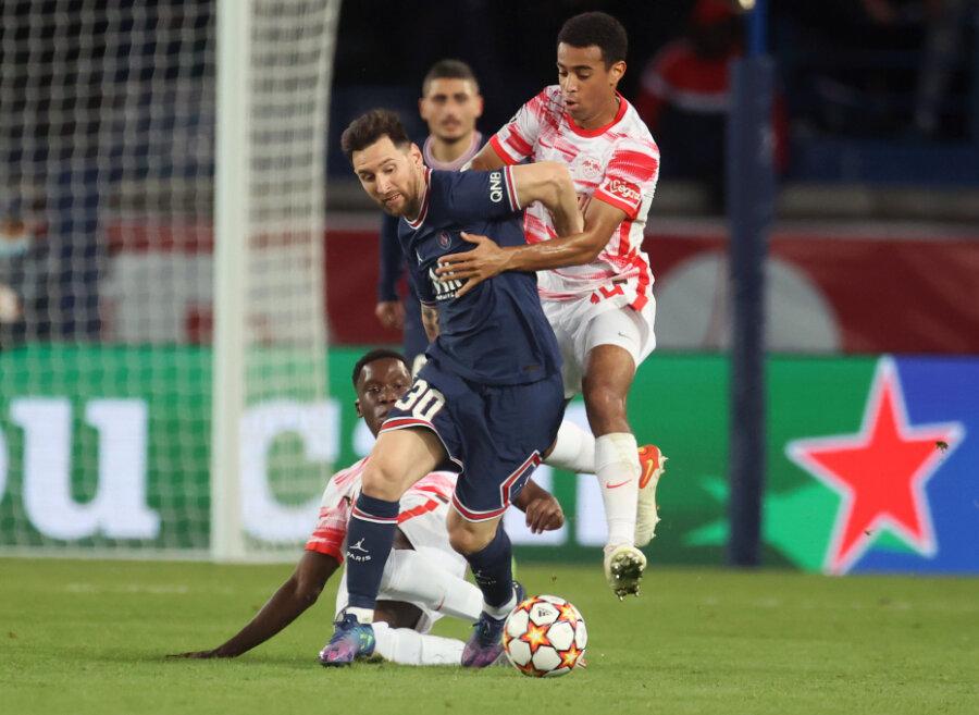 Paris' Stürmer Lionel Messi (l) und Leipzigs Mittelfeldspieler Tyler Adams.