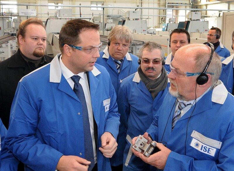 """<p class=""""artikelinhalt"""">Die Firma ISE in Hainichen produziert vor allem Scharniere für Autotüren. Werkleiter Stephan Eikenberg (l.) erklärt dies hier Landrat Volker Uhlig (r.). In der Mitte Geschäftsführer Thomas Wagner.</p>"""