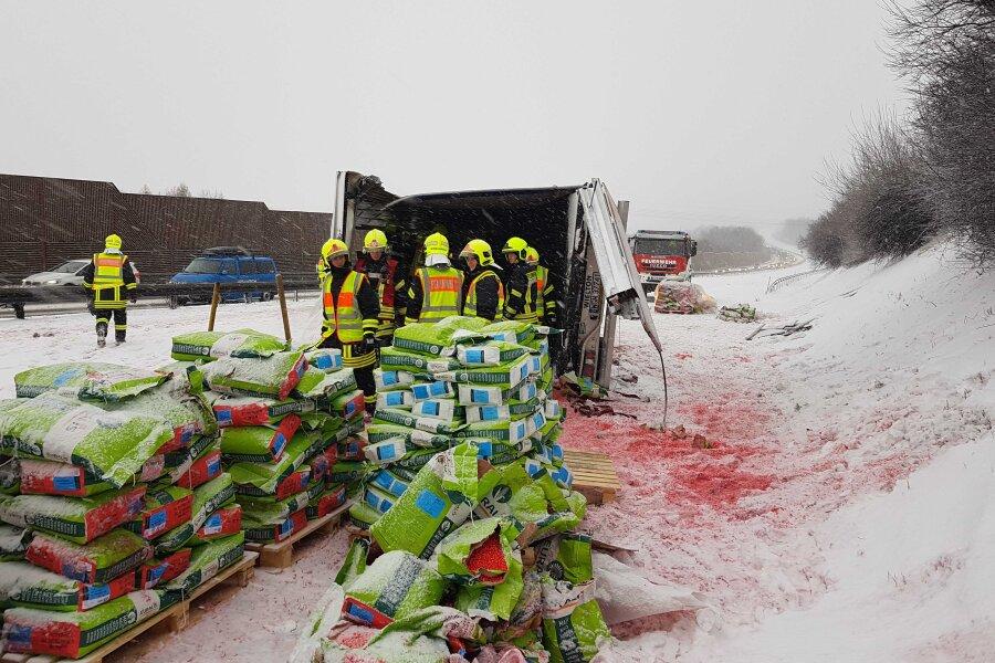 Zahlreiche Unfälle nach Schneefall - Sattelzug legt Verkehr auf A 72 lahm