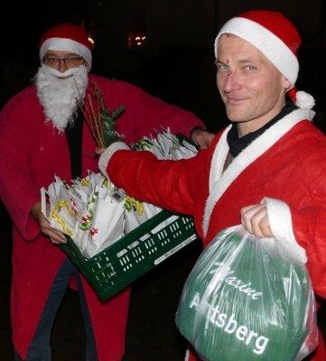 Schlüpften für zwei Tage in die Weihnachtsmannkutte: Amtsbergs Trainer Jens Mehlhorn (links) und Matthias Reichardt.
