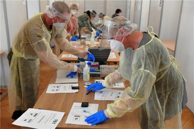 Im Corona-Testzentrum im Städtischen Festsaal in Freiberg werden die Tests nach 15 Minuten ausgewertet und in die Protokolle eingetragen.