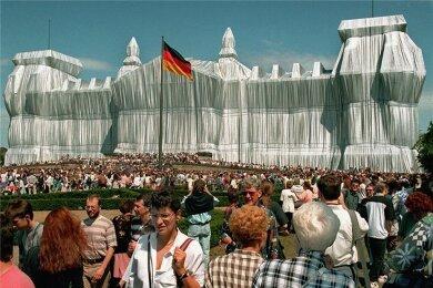 Der Reichstag wird während seiner 14-tägigen Verhüllung von insgesamt rund fünf Millionen Menschen besucht.