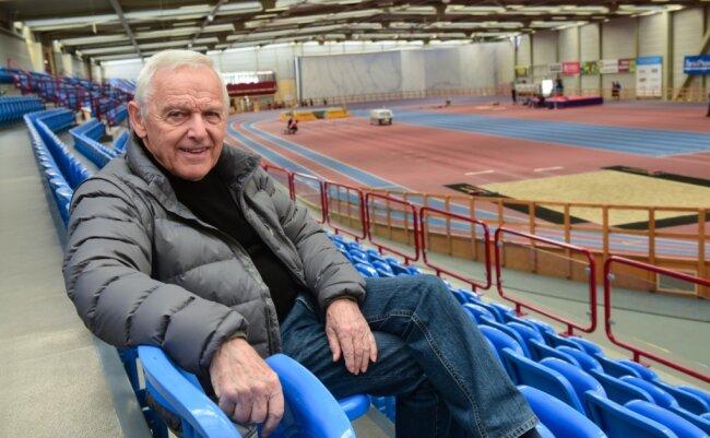 Peter Seifert in der 1995 in Betrieb genommenen Leichtathletikhalle des Chemnitzer Sportforums. Der Bau der Halle selbst wurde zu 100 Prozent gefördert, die Tribüne mit 2000 Sitzplätzen hat die Stadt, deren Oberbürgermeister er damals war, auf eigene Kosten gebaut.