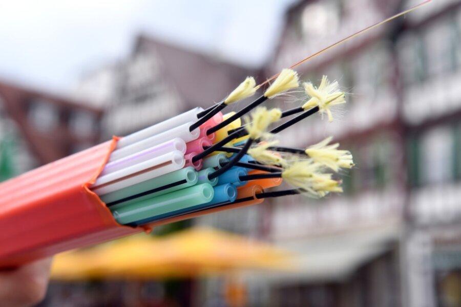 Ein Leerrohrbündel mit Glasfaserkabeln eines Breitband-Versorgers. Solche oder ähnliche Leitungen werden derzeit an vielen Stellen in der Stadt im Untergrund verlegt, um bislang unterversorgten Haushalten schnelles Internet zur Verfügung zu stellen.
