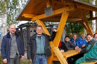 Der neu gewählte Pöhler Bürgermeister Erik Jung (links) war bei der Einweihung des Rastplatzes am Jocketaer Wanderparkplatz mit dabei.