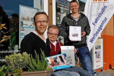 1. Platz: Mario Gerhold, Peter Krehrer und Chris Alexander Famulla (v. links) überzeugten die Jury mit ihrer grünen Bank vorm Laden.