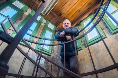 Karl Voitel hörte als Kind die Glocken und ist immer noch tief betroffen, dass sie Diebe 2012 entwendeten. Bei einer Besichtigung des sanierten Gebäudes durfte er jetzt erstmals auf den Uhrenturm steigen.