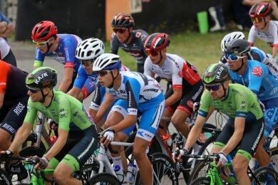 Mittendrin im Kampf um die Deutsche Meisterschaft der Radrennfahrer: Constantin Lohse aus Chemnitz (blau-weißer Rennanzug) war am vergangenen Wochenende auf dem Sachsenring dabei und fuhr gegen viele gestandene Radprofis. Sein Rennen endete jedoch vorzeitig.