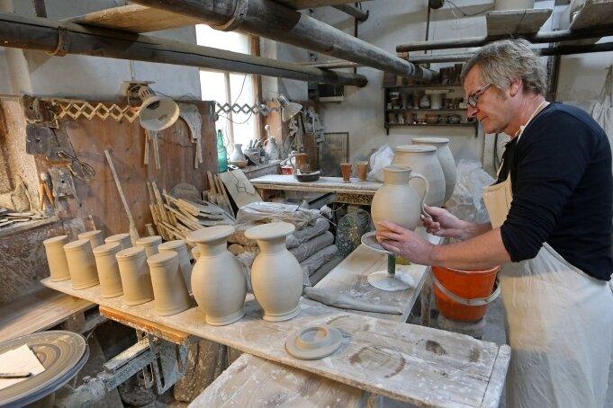 Töpfermeister Hans Grünert öffnet für Gäste seine Werkstatt in der Bahnhofstraße in Waldenburg zusätzlich an den Adventswochenenden.