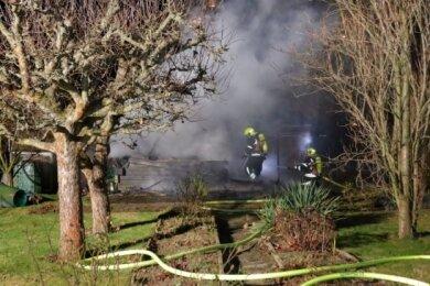 Die Feuerwehr konnte bei ihrem Einsatz eine Laube retten.