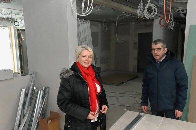 Pflegedienstleiterin Silke Peter und Einrichtungsleiter Ulrich Grundmann im großen Betreuungsraum, wo unter anderem das Essen eingenommen wird.