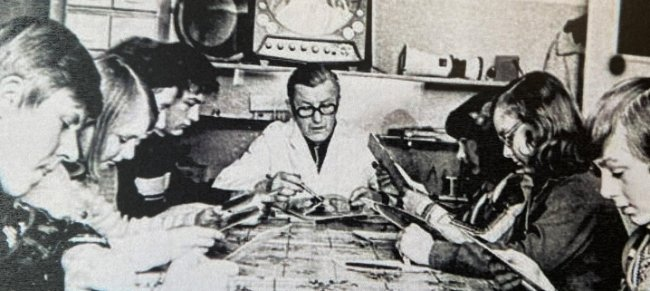 Vor Jahrzehnten sah das Schlafzimmer mit dem Panoramablick noch ganz anders aus. Sternwartenleiter Jochen Stier unterrichtete dort einst Zehntklässler aus fünf vogtländischen Schulen.