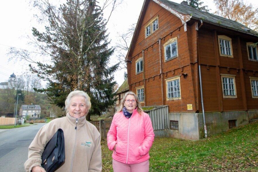 Das Wanderheim mitten in Heinersgrün: Regina Walz vom Landesverein Sächsischer Heimatschutz (links) und Heike Löffler, mitverantwortlich für die touristische Entwicklung der Region, versuchen, es zu verkaufen.