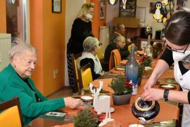 Nicole Pätz schenkt Kaffee für einen Hutzn-Nachmittag aus. Trotz Corona werden unter Beachtung von Hygiene-vorschriften Senioren und Seniorinnen von Montag bis Freitag in der Tagespflege betreut.